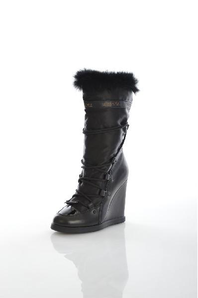 Полусапожки Grand StyleЖенская обувь<br>Черные сапоги на высокой танкетке с меховой опушкой. Качественные натуральные материалы в сочетаются со стильным исполнением. Детали: шнуровка по всей высоте, нос изделия выделен лаком. <br> Цвет: черный<br> Состав: натуральная кожа<br> <br> Высота каблука: Высок...<br><br>Высота каблука: 11 см<br>Высота платформы: 1.5 см<br>Объем голени: 33 см<br>Высота голенища / задника: 21 см<br>Материал: Натуральная кожа<br>Сезон: ЗИМА<br>Коллекция: (Справочник &quot;Номенклатура&quot; (Общие)): Осень-зима<br>Пол: Женский<br>Возраст: Взрослый<br>Цвет: Черный<br>Размер RU: 37