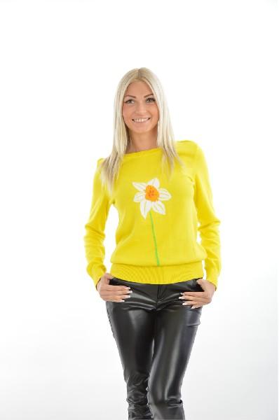 Джемпер BestiaЖенская одежда<br>Джемпер в жизнерадостном насыщенно-желтом цвете имеет на лицевой части рисунок в виде ромашки. Яркий оттенок придаст свежести, изделие подходит для повседневной носки в образах в спортивном стиле. <br>Состав Хлопок - 100%<br> <br> Длина рукава: 64 см<br> Длина: 58 см<br> Цвет: желтый<br> Сезон: Мульти<br> Стиль: Повседневный<br> Коллекция: Весна-лето<br> <br> Тип силуэта: Приталенный<br> Тип трикотажа: Гладкий<br> Узор: Цветочный<br> Вырез/воротник: Круглый вырез<br> Тип вязки: Мелкая вязка<br> Страна: Россия<br><br>Материал: Хлопок<br>Сезон: МУЛЬТИ<br>Коллекция: Осень-зима<br>Пол: Женский<br>Возраст: Взрослый<br>Цвет: Желтый<br>Размер INT: S