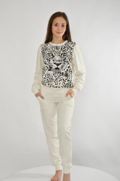 Костюм спортивный Grand StyleЖенская одежда<br>Спортивный костюм от Grand Style выполнен из трикотажа молочно-белого цвета. Свитшот имеет приталенный крой, брюки - зауженный книзу. Детали: круглый вырез; эластичные манжеты; леопардовый принт; эластичный пояс на шнурке и два боковых кармана в брюках.<br>...<br><br>Материал: Хлопок<br>Сезон: МУЛЬТИ<br>Коллекция: (Справочник &quot;Номенклатура&quot; (Общие)): Весна-лето<br>Пол: Женский<br>Возраст: Взрослый<br>Цвет: Белый<br>Размер INT: L
