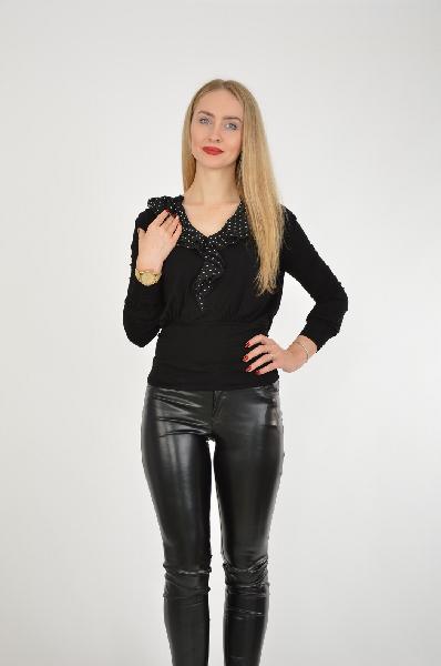 Джемпер VIS-А-VISЖенская одежда<br>Топ выполнен из тонкого, приятного к телу материала. На талии сделан акцент, вырез изделия украшен волнистой тканью в черном цвете с мелким белым горошком.<br>Цвет: черный<br> Состав: 95% вискоза, 5% эластан, отделка: 100% полиэстер<br> Описание: изделие выполнено из тонкого трикотажа в сочетании с тонкой тканью<br> Параметры изделия: для размера S/44: обхват груди 89 см, длина рукава 58 см, длина изделия по спинке 56 см<br> Уход за изделием: стирка при 30°C, химчистка<br> Страна: Франция<br><br>Материал: Вискоза<br>Сезон: ВЕСНА/ОСЕНЬ<br>Коллекция: Осень-зима<br>Пол: Женский<br>Возраст: Взрослый<br>Цвет: Черный<br>Размер INT: S