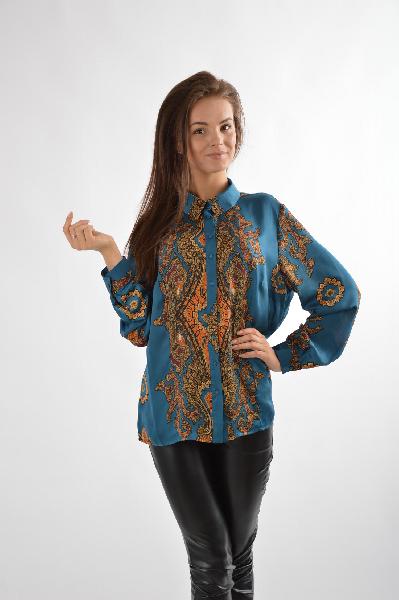 Блузка E.LEVYЖенская одежда<br>Состав: 50% вискоза, 50% полиэстер<br><br><br>Описание: элегантная блузка по форме батник, из вискозного шелка. Яркий, оригинальный рисунок придает блузке неповторимый образ.<br><br><br>Размер 46/52 RU<br><br><br>Параметры изделия: для размера 46: обхват груди 105 см, обхват талии 88 см, объем бедер 113 см<br><br>Материал: Вискоза<br>Сезон: ЛЕТО<br>Коллекция: Весна-лето<br>Пол: Женский<br>Возраст: Взрослый<br>Цвет: Разноцветный<br>Размер INT: 3XL