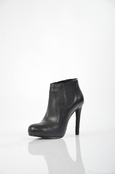 Ботильоны AshЖенская обувь<br>Ботильоны Ash из натуральной кожи черного цвета. Внутренняя отделка и стелька модели также выполнены из кожи. Особенности: эластичные вставки по бокам; высота кожаного каблука 12 см.<br> <br> Материал верха натуральная кожа<br> Внутренний материал натуральная кожа<br> Материал стельки натуральная кожа<br> Материал подошвы натуральная кожа<br> Обхват голенища 26 см<br> Высота каблука 12 см<br> Высота 9 см<br> Цвет черный<br> Сезон Демисезон<br> Коллекция Осень-зима<br> Страна: Италия<br><br>Высота каблука: 12 см<br>Объем голени: 26 см<br>Материал: Натуральная кожа<br>Сезон: ВЕСНА/ОСЕНЬ<br>Коллекция: Осень-зима<br>Пол: Женский<br>Возраст: Взрослый<br>Цвет: Черный<br>Размер RU: 38