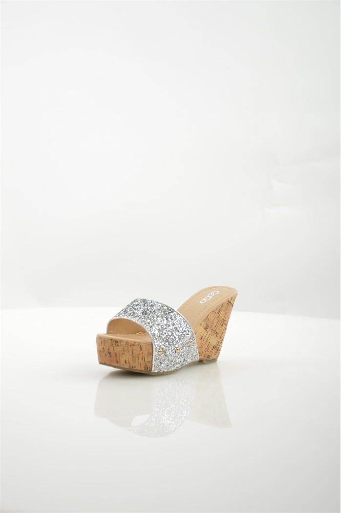 Сабо Go-GoЖенская обувь<br>Сабо Go-Go выполнены из искусственного материала и декорированы блестками.<br> <br> Материал верха искусственный материал<br> Внутренний материал искусственная кожа<br> Материал стельки искусственная кожа<br> Материал подошвы резина<br> Высота каблука 10 см<br> Высота платформы 4 см<br> Цвет серебряный<br> Сезон Лето<br> Стиль Повседневный<br> Коллекция Весна-лето<br> Детали обуви пайетки/блестки<br> <br> Страна: Италия<br><br>Высота каблука: 10 см<br>Высота платформы: 4 см<br>Материал: Искусственный материал<br>Сезон: ЛЕТО<br>Коллекция: Весна-лето<br>Пол: Женский<br>Возраст: Взрослый<br>Цвет: Серый<br>Размер RU: 38