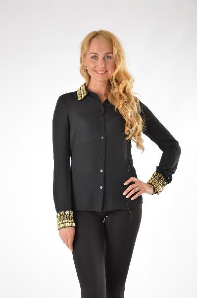 Блузка GUESSЖенская одежда<br>Прелестная блузка с центральной застежкой на пуговицы и аккуратным отложным воротником, комфортного приталенного кроя. Украшена сверкающими декоративными элементами. Модель, выполненная из легкого материала, станет идеальным вариантом на каждый день.<br><br> Состав: полиэстер 100%<br> <br> Страна: США<br><br>Материал: Полиэстер<br>Сезон: ЛЕТО<br>Коллекция: Весна-лето<br>Пол: Женский<br>Возраст: Взрослый<br>Цвет: Черный<br>Размер INT: M
