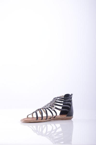 Betsy СандалииЖенская обувь<br>Оригинальные женские сандалии от Betsy по демократичной цене. Модель полностью выполнена из искусственной кожи черного цвета. Детали: плоская подошва, фиксированная пятка на молнии, ремешки декорированы прямоугольными пластинами.<br><br>Материал верха    искусственная кожа<br>Внутренний материал    искусственная кожа<br>Материал стельки    искусственная кожа<br>Материал подошвы    искусственный материал<br>Высота голенища / задника: 9 см<br>Страна: Великобритания<br><br>Высота голенища / задника: 9 см<br>Материал: Искусственная кожа<br>Сезон: ЛЕТО<br>Коллекция: Весна-лето<br>Пол: Женский<br>Возраст: Взрослый<br>Цвет: Черный<br>Размер RU: 37