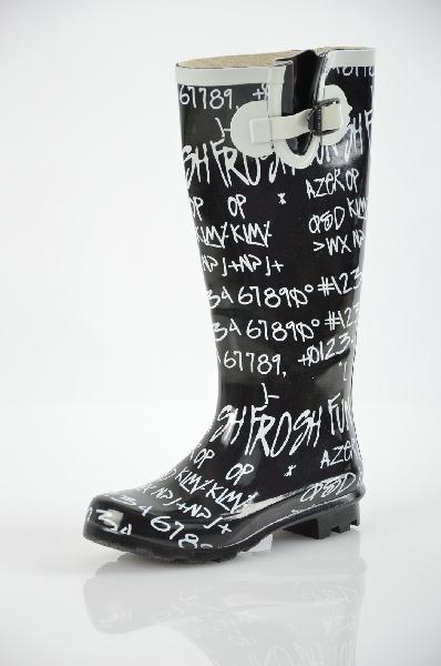 Сапоги VitacciЖенская обувь<br>Цвет: черный, белый<br> <br> Состав: резина<br> <br> Очаровательные резиновые сапоги с закругленной формой мыска. Изделие украшено контрастным принтом. Рифленая подошва обеспечит надежное сцепление с поверхностью.<br> Высота каблука Маленький, 3.0 см<br> Материал верха Резина<br> Высота платформы Низкая, 1.2 см<br> Материал подошвы Резина<br> Материал подкладки Текстиль<br> Голенище Высота голенища, 34.0 см<br> Голенище Обхват голенища, 38.0 см<br> Сезон демисезон<br>Страна: Россия<br><br>Высота каблука: 3 см<br>Высота платформы: 1.2 см<br>Объем голени: 37 см<br>Высота голенища / задника: 34 см<br>Материал: Резина<br>Сезон: ВЕСНА/ОСЕНЬ<br>Коллекция: Весна-лето<br>Пол: Женский<br>Возраст: Взрослый<br>Цвет: Черный<br>Размер RU: 36