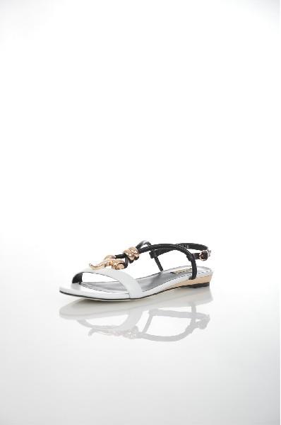 Сандалии VitacciЖенская обувь<br>Цвет: белый<br> Материал верха: кожа натуральная<br> Материал подкладки: кожа натуральная<br> Материал стельки:кожа натуральная<br> Материал подошвы: резина, гладкая<br> Высота каблука: 2 см<br> Цвет и обтяжка каблука: золотой, не обтянут<br> Местоположение логотипа: стелька, подошва<br> Страна: Италия<br><br>Высота каблука: 2 см<br>Материал: Натуральная кожа<br>Сезон: ЛЕТО<br>Коллекция: Весна-лето<br>Пол: Женский<br>Возраст: Взрослый<br>Цвет: Белый<br>Размер RU: 38