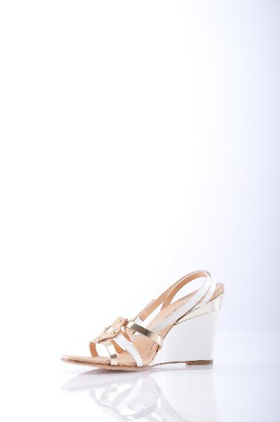 JEANNOT СандалииЖенская обувь<br>Описание: без аппликаций, одноцветное изделие, пряжка, скругленный носок, резиновая подошва, танкетка, обтянутая танкетка.<br>Высота каблука: 8.5 см.<br>Страна: Италия<br><br>Высота каблука: 8.5 см<br>Материал: Натуральная кожа<br>Сезон: ЛЕТО<br>Коллекция: Весна-лето<br>Пол: Женский<br>Возраст: Взрослый<br>Цвет: Белый<br>Размер RU: 38