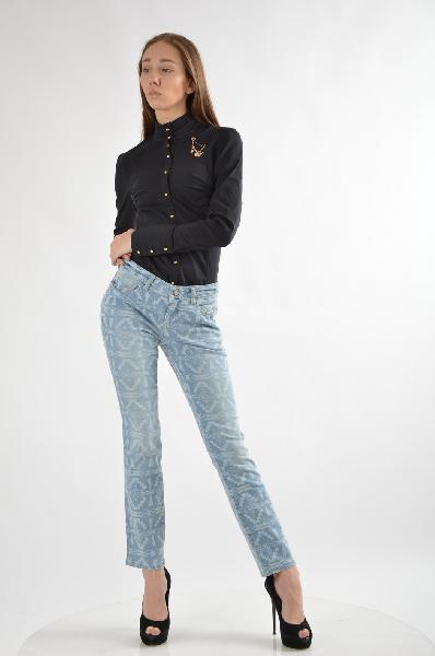 Джинсы Laura ScottЖенская одежда<br>Джинсы узкого покроя «дудочки» с модным этническим рисунком и 5 карманами <br><br>Покрой/длина: низкая посадка, длина по внутреннему шву 74 см, узкий покрой <br>Модные детали: Этнический рисунок <br>Подробности: Материал из 98,5 % хлопка и 1,5 % эластана для идеальной посадки по фигуре <br><br>Совет стилиста: В сочетании со стильной футболкой и туфлями с открытым носком – модное решение на каждый день.<br>Страна: Великобритания<br><br>Материал: Хлопок<br>Сезон: ЛЕТО<br>Коллекция: Весна-лето<br>Пол: Женский<br>Возраст: Взрослый<br>Модель: ПРЯМЫЕ<br>Цвет: Синий<br>Размер INT: M