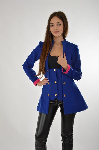 Пальто MondigoЖенская одежда<br>Материал: 65% Полиэстер, 33% вискоза, 2% лайкра<br> Страна: Россия<br>Оригинальный крой в сочетании с насыщенным синим оттенком выделяет эту модель облегченного летнего пальто среди других. Застёжки в виде золотых пуговиц добавляют идею стиля милитари в издел...<br><br>Материал: Полиэстер<br>Сезон: ВЕСНА/ОСЕНЬ<br>Коллекция: (Справочник &quot;Номенклатура&quot; (Общие)): Осень-зима<br>Пол: Женский<br>Возраст: Взрослый<br>Цвет: Синий<br>Размер INT: S