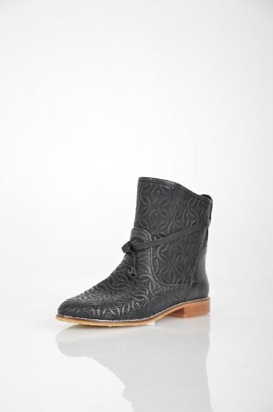 Полусапоги Grand StyleЖенская обувь<br>Полусапоги Grand Style выполнены из натуральной кожи черного цвета, стелька - из натуральной кожи. Детали: модель без застежки оформлена ажурной перфорацией, с внешней стороны декоративный узел.<br> <br> Материал верха натуральная кожа<br> Внутренний материал и...<br><br>Объем голени: 32 см<br>Материал: Натуральная кожа<br>Сезон: ВЕСНА/ОСЕНЬ<br>Коллекция: (Справочник &quot;Номенклатура&quot; (Общие)): Весна-лето<br>Пол: Женский<br>Возраст: Взрослый<br>Цвет: Черный<br>Размер RU: 37