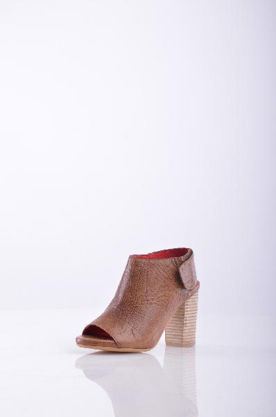 Ботинки JEFFREY CAMPBELLЖенская обувь<br>Текстурированная кожа, без аппликаций, одноцветное изделие, застежка-липучка, открытый носок, подошва из экокожи.<br>Высота каблука: 9.5 см<br>Высота платформы: 1.5 см<br>Страна: США<br><br>Высота каблука: 9.5 см<br>Высота платформы: 1.5 см<br>Материал: Натуральная кожа<br>Сезон: ЛЕТО<br>Коллекция: Весна-лето<br>Пол: Женский<br>Возраст: Взрослый<br>Цвет: Коричневый<br>Размер RU: 37