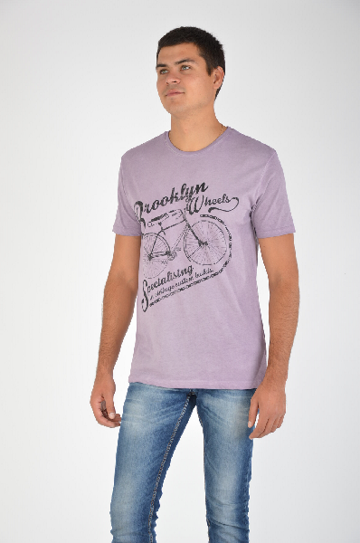 River Island ФутболкаТопы, майки, футболки<br>Футболка River Island фиолетового цвета с фактурной надписью и принтом. Модель выполнена из мягкого на ощупь материала. Детали: прямой крой, круглый вырез, эффект состаренности.<br><br>Состав    65% - Полиэстер, 35% - Хлопок<br>Длина по спинке    69 см<br>Длина рукава    22 см<br>Страна: Великобритания<br><br>Материал: Полиэстер<br>Сезон: ЛЕТО<br>Коллекция: Весна-лето<br>Пол: Мужской<br>Возраст: Взрослый<br>Цвет: Фиолетовый<br>Размер INT: L