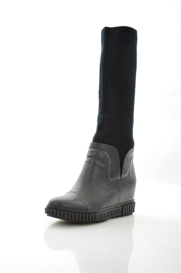 Сапоги ELSIЖенская обувь<br>Детали: байковая внутренняя отделка и стелька, трикотажный верх в рубчик, скрытая танкетка, резиновая подошва с протектором.<br> <br> Материал верха искусственная кожа, текстиль<br> Внутренний материал байка<br> Материал стельки байка<br> Материал подошвы резина<br> Высота голенища / задника 33.5 см<br> Обхват голенища 26 см<br> Высота каблука 7.5 см<br> Высота платформы 2.5 см<br> Тип каблука Танкетка<br> Цвет черный<br> Сезон Демисезон<br> Коллекция Осень-зима<br> <br> Страна: Италия<br><br>Высота каблука: 7.5 см<br>Высота платформы: 2.5 см<br>Объем голени: 26 см<br>Высота голенища / задника: 34 см<br>Материал: Искусственная кожа<br>Сезон: ВЕСНА/ОСЕНЬ<br>Коллекция: Осень-зима<br>Пол: Женский<br>Возраст: Взрослый<br>Цвет: Черный<br>Размер RU: 37