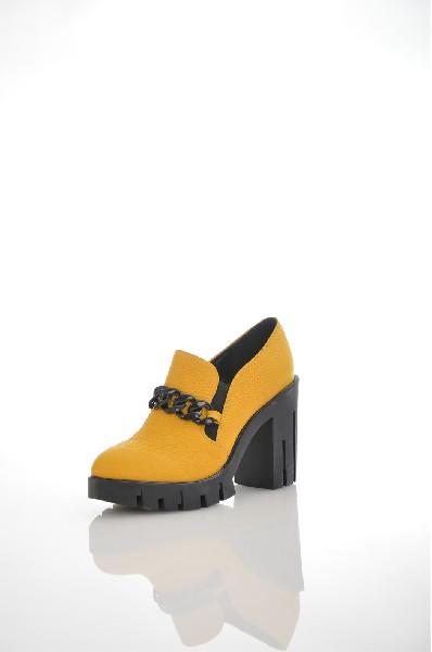 Ботильоны Just CoutureЖенская обувь<br>Ботильоны от Just Couture выполнены из натуральной кожи. Детали: внутренняя отделка и стелька из натуральной кожи, эластичные вставки по бокам, декоративная фурнитура в виде цепочки, плотная подошва, каблук.<br> <br> Материал верха натуральная кожа<br> Внутренний материал натуральная кожа<br> Материал стельки натуральная кожа<br> Материал подошвы резина<br> Высота каблука 10.2 см<br> Высота платформы 2.5 см<br> Тип каблука Стандартный<br> <br> Цвет желтый<br> Сезон Демисезон, Лето<br> Коллекция Весна-лето<br> <br> Страна: Италия<br><br>Высота каблука: 10 см<br>Высота платформы: 2.5 см<br>Материал: Натуральная кожа<br>Сезон: ВЕСНА/ОСЕНЬ<br>Коллекция: Весна-лето<br>Пол: Женский<br>Возраст: Взрослый<br>Цвет: Желтый<br>Размер RU: 38