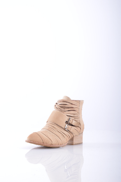 Ботинки JEFFREY CAMPBELLЖенская обувь<br>Нубук, без аппликаций, одноцветное изделие, узкий носок, молния, резиновая подошва, квадратный каблук, деревянный каблук.<br>Высота каблука: 4 см<br>Объём голени: 29 см<br>Высота голенища / задника: 10 см<br>Страна: США<br><br>Высота каблука: 4 см<br>Объем голени: 29 см<br>Высота голенища / задника: 10 см<br>Материал: Натуральная кожа<br>Сезон: ЛЕТО<br>Коллекция: Весна-лето<br>Пол: Женский<br>Возраст: Взрослый<br>Цвет: Бежевый<br>Размер RU: 38