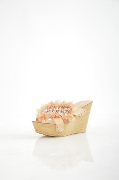 Сабо StessoЖенская обувь<br>Сабо полностью выполнены из мягкой натуральной кожи. Изюминка модели - суперлегкая подошва-танкетка, позволяющая использовать сабо даже для длительных прогулок.<br><br><br><br>Материал верха: натуральная кожа<br><br><br>Внутренний материал: натуральная кожа<br><br><br>Материал стельки: натуральная кожа<br><br><br>Материал подошвы: искусственный материал<br><br><br>Высота каблука: 10 см<br><br><br>Высота платформы: 4 см<br><br>Страна: Турция<br><br>Высота каблука: 10 см<br>Высота платформы: 4 см<br>Материал: Натуральная кожа<br>Сезон: ЛЕТО<br>Коллекция: Весна-лето<br>Пол: Женский<br>Возраст: Взрослый<br>Цвет: Бежевый<br>Размер RU: 37