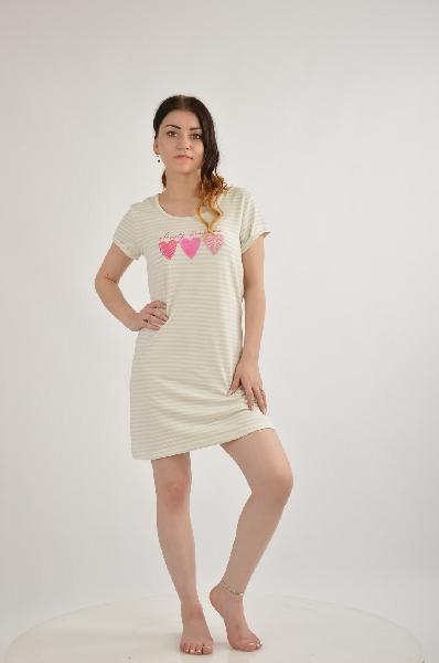 Ночная сорочка VIVANCE COLLECTIONЖенская одежда<br>Ночная сорочка. Vivance Dreams. Привлекательная длина мини, круглый вырез, короткие рукава с небольшими отворотами. Нежный принт. Мягкое одностороннее джерси-стрейч.<br><br><br>Материал: материал верха: 95% хлопок, 5% эластан<br><br><br>Очаровательная ночная сорочка от Vivance Dreams<br><br><br>Короткие рукава с небольшими отворотами<br><br><br>Нежный принт Сердечки<br><br><br>Привлекательная длина мини<br><br><br>Эластичный хлопок-стрейч: 95% хлопок, 5% эластан<br><br>Материал: Хлопок<br>Сезон: ЛЕТО<br>Коллекция: Весна-лето<br>Пол: Женский<br>Возраст: Взрослый<br>Цвет: Серый<br>Размер INT: S