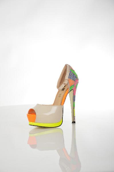 Туфли 1to3Женская обувь<br>Цвет: оранжевый, белый, бежевый, желтый<br> <br> Состав: искусственная кожа<br> <br> Красивые, поистине экстравагантные туфли, декорированные разноцветными вставками. Изделие подчеркнет Вашу неординарность. Туфли на высоком изящном каблуке. Материал подкладки: натуральная кожа.<br> <br> Высота каблука Высокий, 14.0 см<br> Рисунок Логотип<br> Высота платформы Cредняя, 4.0 см<br> Материал верха Искусственный материал<br> Материал подкладки Кожа<br> По назначению Вечеринка<br> Сезон лето<br> Пол Женский<br> Страна бренда Испания<br> Страна производитель Испания<br><br>Высота каблука: 14 см<br>Высота платформы: 4 см<br>Материал: Искусственная кожа<br>Сезон: ЛЕТО<br>Коллекция: Весна-лето<br>Пол: Женский<br>Возраст: Взрослый<br>Цвет: Разноцветный<br>Размер RU: 37