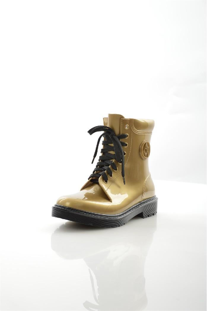 Резиновые ботинки Armani JeansЖенская обувь<br>Ботинки Armani Jeans выполнены из глянцевого полимерного материала. Особенности: шнуровка, текстильная подкладка и стелька, рельефная подошва.<br> <br> Материал верха: полимер<br> Внутренний материал: текстиль<br> Материал стельки: текстиль<br> Материал подошвы: полимер<br> Высота голенища / задника: 15 см<br> Цвет: золотой<br> Сезон: Демисезон<br> Коллекция: Осень-зима<br> <br> Страна бренда: Италия<br> Страна производства: Румыния<br><br>Высота голенища / задника: 15 см<br>Материал: Полимер<br>Сезон: ВЕСНА/ОСЕНЬ<br>Коллекция: Весна-лето<br>Пол: Женский<br>Возраст: Взрослый<br>Цвет: Бронза<br>Размер RU: 38