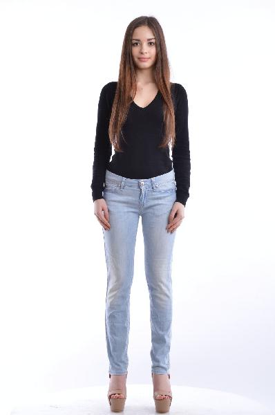 Джинсовые брюки LOVE MOSCHINOЖенская одежда<br>Материал: 98% Хлопок, 2% Эластан<br> <br> Детали: деним, одноцветное изделие, низкая талия, микрозаклепки, эффект делаве, светлый деним, застежка спереди, пуговицы, молния, множество карманов, обтягивающая модель<br> <br> Размеры: Примерная ширина низа брючины: 14 см<br> <br>Страна: Италия<br><br>Материал: Хлопок<br>Сезон: МУЛЬТИ<br>Коллекция: Весна-лето<br>Пол: Женский<br>Возраст: Взрослый<br>Модель: ЗАУЖЕННЫЕ<br>Цвет: Голубой<br>Размер INT: S