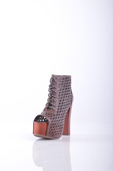 Ботильоны JEFFREY CAMPBELLЖенская обувь<br>Без аппликаций, одноцветное изделие, шнуровка, скругленный носок, резиновая подошва.<br>Высота каблука: 13 см<br>Высота платформы: 3 см<br>Объём голени: 29 см<br>Высота голенища / задника: 11 см<br>Страна: США<br><br>Высота каблука: 13 см<br>Высота платформы: 3 см<br>Объем голени: 29 см<br>Высота голенища / задника: 11 см<br>Материал: Искусственная кожа<br>Сезон: ЛЕТО<br>Коллекция: Весна-лето<br>Пол: Женский<br>Возраст: Взрослый<br>Цвет: Коричневый<br>Размер RU: 37