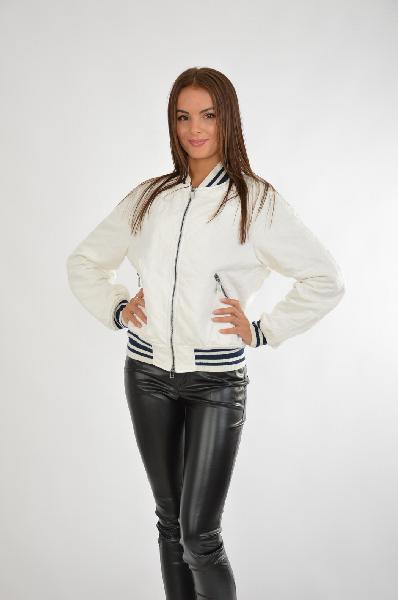 Куртка ODRIЖенская одежда<br>Цвет: белый, темно-синий<br> <br> Состав: хлопок 100%<br> <br> Стильная укороченная куртка с длинными рукавами и воротником-стойка. Дополнена модель застежкой на молнию и прорезными карманами. Оформлена контрастными полосками. Красивый вариант, подчеркивающий безупречность вкуса. Подкладка: 100% полиэстера.<br> <br> Длина рукава Длинные, 77.0 см<br> Покрой Свободный<br> Вид застежки Молния<br> Тип карманов Прорезные<br> Габариты предметов Длина, 57.0 см<br> Сезон демисезон<br> Пол Женский<br> Стиль Casual<br> Страна Италия<br><br>Материал: Хлопок<br>Сезон: ВЕСНА/ОСЕНЬ<br>Коллекция: Осень-зима<br>Пол: Женский<br>Возраст: Взрослый<br>Цвет: Белый<br>Размер INT: M