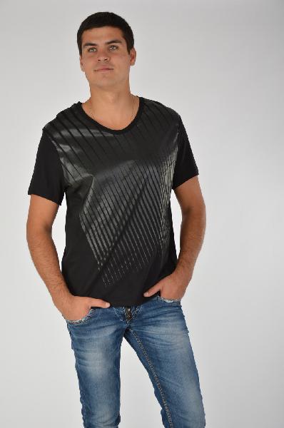 River Island ФутболкаТопы, майки, футболки<br>Повседневная футболка River Island выполнена из натурального хлопка черного цвета. Детали: прямой крой, круглый вырез, короткие рукава, принт из прорезиненного полимерного покрытия.<br><br>Состав100% - Хлопок<br>Длина по спинке67 см<br>Длина рукава20 см<br>Стран...<br><br>Материал: Хлопок<br>Сезон: ЛЕТО<br>Коллекция: (Справочник &quot;Номенклатура&quot; (Общие)): Весна-лето<br>Пол: Мужской<br>Возраст: Взрослый<br>Цвет: Черный<br>Размер INT: L