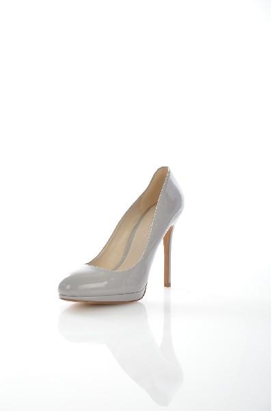 Туфли AldoЖенская обувь<br>Элегантные женские туфли Aldo из искусственной лаковой кожи жемчужно-серого цвета. Детали: внутренняя отделка из искусственной кожи, стелька из натуральной кожи, высокий обтянутый каблук, резиновая подошва.<br> <br> Материал верха искусственная лаковая кожа<br> Внутренний материал искусственная кожа<br> Материал стельки натуральная кожа<br> Материал подошвы резина<br> Высота каблука 11 см<br> Тип каблука Шпилька<br> Застежка без застежки<br> Цвет серый<br> Сезон Мульти<br> Стиль Романтический, Повседневный, Выход в свет, Деловой<br> Коллекция Весна-лето<br> Детали обуви лакированные<br> Узор Однотонный<br> Высота каблука Высокий<br> Тип туфель Лодочки<br> Страна: Канада<br><br>Высота каблука: 11 см<br>Материал: Искусственная кожа<br>Сезон: МУЛЬТИ<br>Коллекция: Весна-лето<br>Пол: Женский<br>Возраст: Взрослый<br>Цвет: Темно-серый<br>Размер RU: 38.5