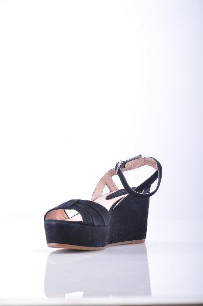 CARMENS СандалииЖенская обувь<br>Описание: Замша, без аппликаций, одноцветное изделие, пряжка, скругленный носок, резиновая подошва с тиснением, обтянутая танкетка, обтянутый каблук.<br>Высота каблука: 8.5 см.<br>Высота платформы: 3 см<br>Страна: Италия<br><br>Высота каблука: 8.5 см<br>Высота платформы: 3 см<br>Материал: Натуральная кожа<br>Сезон: ЛЕТО<br>Коллекция: Весна-лето<br>Пол: Женский<br>Возраст: Взрослый<br>Цвет: Черный<br>Размер RU: 37