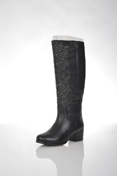 Сапоги VitacciЖенская обувь<br>Цвет: черный<br> <br> Состав: натуральная кожа<br> <br> Замечательные сапоги выполнены из натуральной кожи. Модель дополнена застежкой на молнию. Мягкая подкладка обеспечит тепло Вашим ногам. Изделие декорировано заклепками.<br> <br> Высота каблука Средний, 5 см<br> Материал подкладки Мех<br> Вид застежки Молния<br> Высота платформы Низкая, 0.6 см<br> Материал верха Кожа<br> Материал подошвы Искусственный материал<br> Голенище Высота голенища, 39 см<br> Голенище Обхват голенища, 37 см<br> Материал стельки Мех<br> Форма мыска Классический мысок<br> Форма каблука Каблук-кирпичик<br> Особенность материала верха Матовый<br> Декоративные элементы Декоративные элементы<br> Сезон зима<br> Пол Женский<br> Страна Россия<br><br>Высота каблука: 5 см<br>Высота платформы: 0.6 см<br>Объем голени: 37 см<br>Высота голенища / задника: 39 см<br>Материал: Натуральная кожа<br>Сезон: ЗИМА<br>Коллекция: Осень-зима<br>Пол: Женский<br>Возраст: Взрослый<br>Цвет: Черный<br>Размер RU: 37
