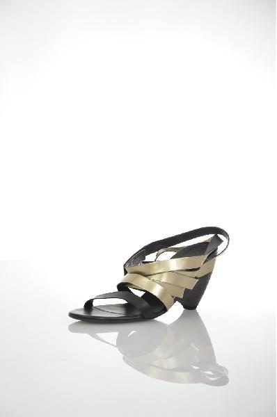 Сандалии VIC MATIEЖенская обувь<br>Состав: Натуральная кожа<br> Детали: эффект ламинирования, без аппликаций, двухцветный узор, застежка-липучка, скругленный носок, кожаная подошва, танкетка, танкетка из древесины<br> Размеры: Каблук: 8.5 см<br> Страна: Италия<br><br>Высота каблука: 8.5 см<br>Материал: Натуральная кожа<br>Сезон: ЛЕТО<br>Коллекция: Весна-лето<br>Пол: Женский<br>Возраст: Взрослый<br>Цвет: Черный<br>Размер RU: 38.5
