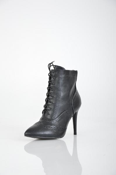 Ботильоны IdealЖенская обувь<br>Ботильоны от Ideal выполнены из искусственной кожи и утеплены байкой. Детали: шнуровка, декоративная перфорация, функциональная молния, высокий каблук.<br> <br> Материал верха искусственная кожа<br> Внутренний материал байка<br> Материал стельки байка<br> Материал подошвы искусственный материал<br> Высота каблука 9 см<br> Высота 11 см<br> Цвет черный<br> Сезон Демисезон<br> Коллекция Осень-зима<br><br>Высота каблука: 9 см<br>Материал: Искусственная кожа<br>Сезон: ВЕСНА/ОСЕНЬ<br>Коллекция: Осень-зима<br>Пол: Женский<br>Возраст: Взрослый<br>Цвет: Черный<br>Размер RU: 38