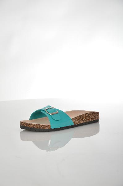 Сабо EllaЖенская обувь<br>Оригинальные сабо Ella выполнены из искусственной лаковой кожи голубого цвета и декорированы ремешком с металлической пряжкой. Детали: внутренняя отделка из текстиля, стелька из натуральной кожи, резиновая подошва.<br> <br> Материал верха искусственная лаковая кожа<br> Внутренний материал текстиль<br> Материал стельки натуральная кожа<br> Материал подошвы резина<br> Цвет голубой<br> Сезон Лето<br> Коллекция Весна-лето<br> Детали обуви пряжки<br><br>Материал: Искусственная кожа<br>Сезон: ЛЕТО<br>Коллекция: Весна-лето<br>Пол: Женский<br>Возраст: Взрослый<br>Цвет: Голубой<br>Размер RU: 39