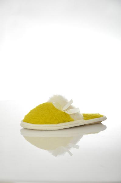 Тапочки WoolhouseЖенская обувь<br>Цвет: желтый<br> Состав: 100% шерсть<br> Описание: подошва эвопласт (резиновая)<br> Уход за изделием: для стирки изделий из натуральной шерсти рекомендуется использовать специальные моющие средства с ланолином, который содержится в шерсти животных. Он покрывает волокна шерсти, не допуская загрязнения, придает изделиям прочность, шелковистость.<br> Страна: Италия<br><br>Материал: Шерсть<br>Сезон: МУЛЬТИ<br>Коллекция: Весна-лето<br>Пол: Женский<br>Возраст: Взрослый<br>Цвет: Желтый<br>Размер RU: 38