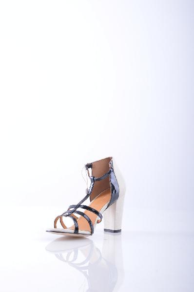 AGAIN&amp;AGAIN СандалииЖенская обувь<br>Текстурированная кожа, двухцветный узор, боковая пряжка, скругленный носок, эффект лакировки, без аппликаций, резиновая подошва с тиснением, обтянутый каблук.<br> Высота каблука: 9 см<br><br>Высота каблука: 9 см<br>Материал: Натуральная кожа<br>Сезон: ЛЕТО<br>Коллекция: Весна-лето<br>Пол: Женский<br>Возраст: Взрослый<br>Цвет: Черный<br>Размер RU: 37