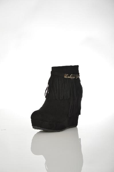 Ботильоны CatisaЖенская обувь<br>Ботильоны от Catisa выполнены из искусственного велюра. Детали: внутренняя отделка из искусственной кожи и текстиля, функциональная молния, бахрома, танкетка, высокая платформа.Цвет черный<br> Сезон Демисезон<br> Коллекция Осень-зима<br> Материал верха искусственный велюр<br> Внутренний материал текстиль<br> Материал стельки искусственная кожа<br> Материал подошвы искусственный материал<br> Высота голенища / задника 10 см<br> Высота каблука 11.5 см<br> Страна Франция<br><br>Высота каблука: 11.5 см<br>Высота голенища / задника: 10 см<br>Материал: Искусственный велюр<br>Сезон: ВЕСНА/ОСЕНЬ<br>Коллекция: Осень-зима<br>Пол: Женский<br>Возраст: Взрослый<br>Цвет: Черный<br>Размер RU: 38.5
