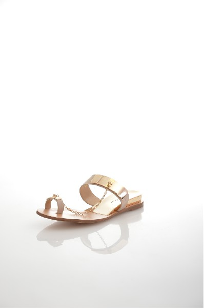 Сабо Just CoutureЖенская обувь<br>Сабо Just Couture выполнены из натуральной кожи и декорированы золотистой металлической фурнитурой на ремешках.<br> <br> Материал верха: натуральная кожа<br> Внутренний материал: натуральная кожа<br> Материал стельки: искусственный материал, натуральная кожа<br> Материал подошвы: искусственный материал<br>Цвет: бежевый<br> Сезон: Лето<br> Коллекция: Весна-лето<br><br> Страна: Италия<br><br>Высота каблука: Без каблука<br>Материал: Натуральная кожа<br>Сезон: ЛЕТО<br>Коллекция: Весна-лето<br>Пол: Женский<br>Возраст: Взрослый<br>Цвет: Бежевый<br>Размер RU: 38