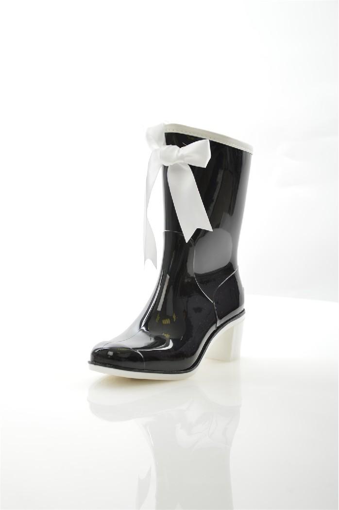 Резиновые полусапоги BoombootsЖенская обувь<br>Детали: декоративный текстильный бант; контрастный кант; литая рельефная подошва; толстый каблук.<br> <br> Материал верха резина<br> Внутренний материал текстиль<br> Материал стельки текстиль<br> Материал подошвы резина<br> Высота голенища / задника 20 см<br> Обхват голенища 28 см<br> Высота каблука 6 см<br> Цвет черный<br> Сезон Демисезон<br> Коллекция Весна-лето<br> <br> Страна: Россия<br><br>Высота каблука: 6 см<br>Объем голени: 28 см<br>Высота голенища / задника: 20 см<br>Материал: Резина<br>Сезон: ВЕСНА/ОСЕНЬ<br>Коллекция: Весна-лето<br>Пол: Женский<br>Возраст: Взрослый<br>Цвет: Черный<br>Размер RU: 37