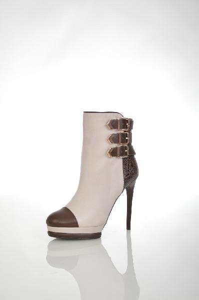 Полусапожки VitacciЖенская обувь<br>Цвет: бежевый, коричневый<br> <br> Состав: натуральная кожа<br> <br> Великолепные полусапожки, верх которых выполнен из натурального материала. Модель на изящном каблуке снабжена застежкой на молнию. Отличный вариант для женского гардероба.<br> <br> Высота каблука Высокий, 12.0 см<br> Материал подкладки Байка<br> Высота платформы Низкая, 2.0 см<br> Материал верха Кожа<br> Сезон демисезон<br> Пол Женский<br> Страна бренда Россия<br><br>Высота каблука: 12 см<br>Высота платформы: 2 см<br>Материал: Натуральная кожа<br>Сезон: ВЕСНА/ОСЕНЬ<br>Коллекция: Осень-зима<br>Пол: Женский<br>Возраст: Взрослый<br>Цвет: Коричневый<br>Размер RU: 38