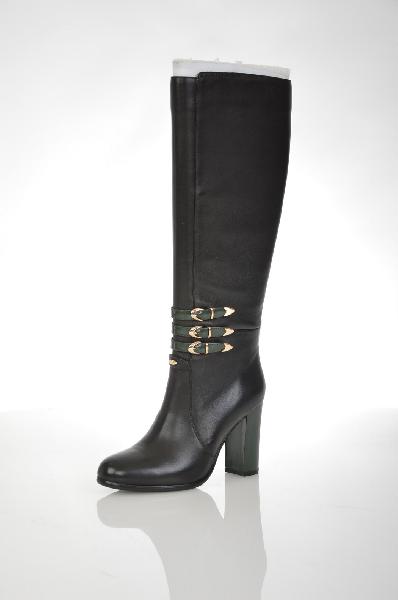 Сапоги VitacciЖенская обувь<br>Цвет: черный, зеленый<br> <br> Состав: натуральная кожа<br> <br> Великолепные сапоги выполнены из натуральной кожи. Модель дополнена застежкой на молнию. Мягкая подкладка обеспечит комфорт. Изделие декорировано ремешками.<br> <br> Высота каблука Высокий, 9.0 см<br> Вид...<br><br>Высота каблука: 9 см<br>Высота платформы: 1 см<br>Объем голени: 37 см<br>Высота голенища / задника: 38 см<br>Материал: Натуральная кожа<br>Сезон: ВЕСНА/ОСЕНЬ<br>Коллекция: (Справочник &quot;Номенклатура&quot; (Общие)): Осень-зима<br>Пол: Женский<br>Возраст: Взрослый<br>Цвет: Черный<br>Размер RU: 37