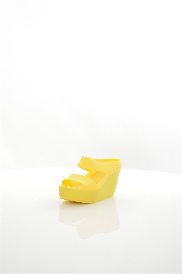 Сабо MixfeelЖенская обувь<br>Сабо Mixfeel полностью выполнены из матового полимера, текстильная стелька. Детали: скрытая танкетка.<br> <br> Материал верха полимер<br> Внутренний материал без подкладки<br> Материал стельки текстиль<br> Материал подошвы полимер<br> Высота каблука 8 см<br> Высота платформы 3 см<br> Тип каблука Танкетка<br> Застежка без застежки<br> Цвет желтый<br> Сезон Лето<br> Стиль Повседневный, Ультрамодный<br> Коллекция Весна-лето<br> Узор Однотонный<br><br>Высота каблука: 8 см<br>Высота платформы: 3 см<br>Материал: Полимер<br>Сезон: ЛЕТО<br>Коллекция: Весна-лето<br>Пол: Женский<br>Возраст: Взрослый<br>Цвет: Желтый<br>Размер RU: 38
