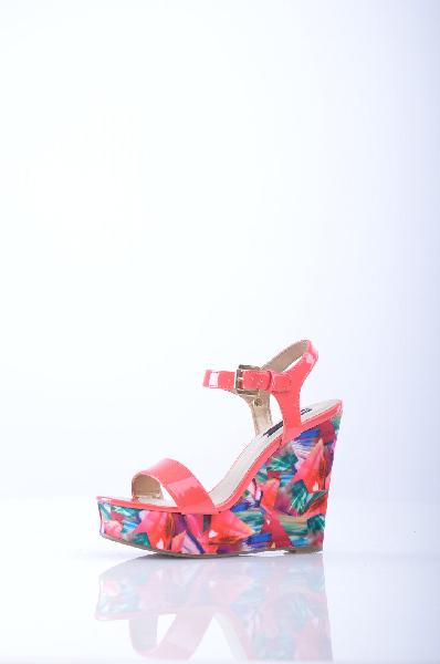 Blink БосоножкиЖенская обувь<br>Яркие босоножки от Blink решены в красивом коралловом оттенке. Детали: стелька из натуральной кожи, регулируемый ремешок на щиколотке, золотистая фурнитура, высокая танкетка оформлена цветочным принтом.<br><br>Материал верха    искусственная лаковая кожа, текстиль<br>Внутренний материал    искусственная кожа<br>Материал стельки    натуральная кожа<br>Материал подошвы    Тунит<br>Высота каблука: 13 см.<br>Высота платформы: 4 см<br>Страна: Нидерланды<br><br>Высота каблука: 13 см<br>Высота платформы: 4 см<br>Материал: Искусственная кожа<br>Сезон: ЛЕТО<br>Коллекция: Весна-лето<br>Пол: Женский<br>Возраст: Взрослый<br>Цвет: Разноцветный<br>Размер RU: 38