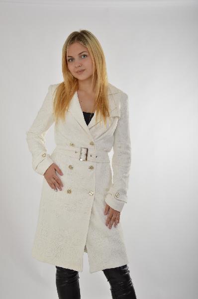 Пальто Marciano GuessЖенская одежда<br>Летнее пальто от Marciano Guess приталенного кроя. Модель выполнена из плотного текстиля с кружевом. Особенности: гладкая подкладка, карманы по бокам, пуговицы на манжетах, декоративные пуговицы, отложной воротник, двубортная застежка на пуговицы, поролоновые плечики, ремень на шлевках.<br> <br> Состав Хлопок - 70%, Полиамид - 30%<br> Материал подкладки Полиэстер - 96%, Эластан - 4%<br> Длина 93 см<br> Длина рукава 61 см<br> Цвет белый<br> Сезон Лето<br> Коллекция Весна-лето<br> Детали одежды пояс/ремень<br><br>Материал: Хлопок<br>Сезон: ВЕСНА/ОСЕНЬ<br>Коллекция: Весна-лето<br>Пол: Женский<br>Возраст: Взрослый<br>Цвет: Белый<br>Размер INT: S