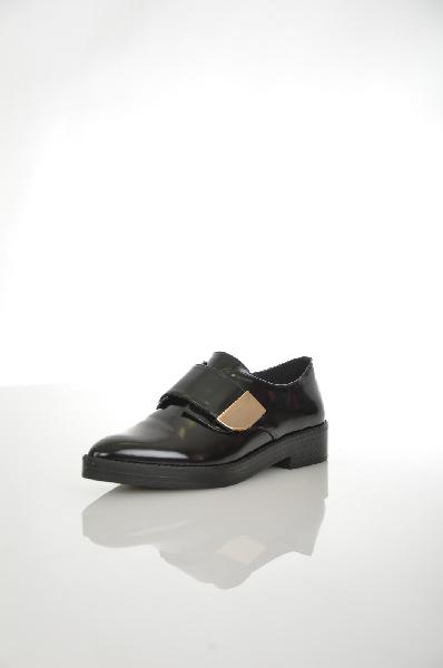 Ботинки AldoЖенская обувь<br>Ботинки Aldo выполнены из искусственной кожи. Ремешок на липучке дополнен металлической вставкой золотистого цвета. Детали: острый мыс, внутренняя отделка из искусственной кожи, стелька из натуральной кожи.<br> Цвет черный<br> Сезон Мульти<br> Коллекция Осень-зима<br> Материал верха искусственная кожа<br> Внутренний материал искусственная кожа<br> Материал стельки натуральная кожа<br> Материал подошвы искусственный материал<br> Высота каблука 3.5 см<br> Высота платформы 2 см<br> Страна: Канада<br><br>Высота каблука: 3.5 см<br>Высота платформы: 2 см<br>Материал: Искусственная кожа<br>Сезон: МУЛЬТИ<br>Коллекция: Осень-зима<br>Пол: Женский<br>Возраст: Взрослый<br>Цвет: Черный<br>Размер RU: 38