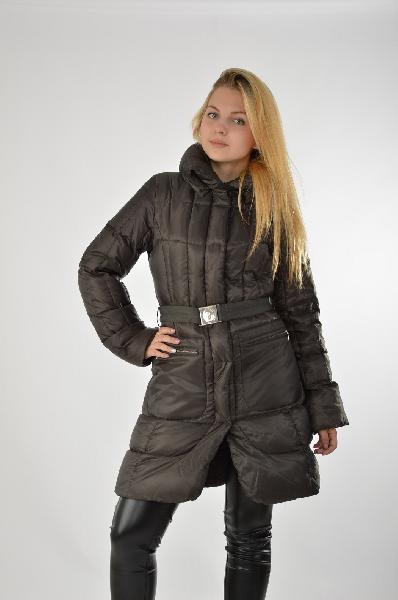 Пуховик TrussardiЖенская одежда<br>Пуховое пальто на зиму в классическом черном цвете. Изделие также доступно для заказа в бежевом цвете. Длина модели чуть выше колена, молния скрыта, на талии находится ремень, вместительные карманы в области бедер, капюшон отсутствует. <br> <br> Материал: 55% Полиэстер, 45 Полиамид<br> Подкладка: 100% Полиэстер<br> Страна: Италия<br><br>Материал: Полиэстер<br>Сезон: ВЕСНА/ОСЕНЬ<br>Коллекция: Осень-зима<br>Пол: Женский<br>Возраст: Взрослый<br>Цвет: Темно-серый<br>Размер INT: S/M