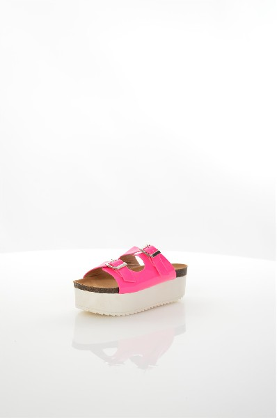 Сабо IdealЖенская обувь<br>Сабо Ideal выполнены из искусственной лакированной кожи, стелька и подкладка - из искусственной гладкой кожи. Детали: регулируемые ремешки на пряжках, высокая платформа, рифленая подошва.<br> <br> Материал верха искусственная лаковая кожа<br> Внутренний материа...<br><br>Высота каблука: 5.5 см<br>Высота платформы: 4.5 см<br>Материал: Искусственная кожа<br>Сезон: ЛЕТО<br>Коллекция: (Справочник &quot;Номенклатура&quot; (Общие)): Весна-лето<br>Пол: Женский<br>Возраст: Взрослый<br>Цвет: Розовый<br>Размер RU: 38