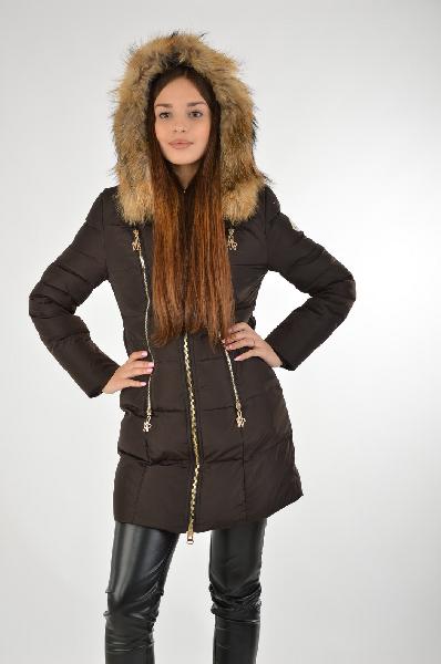 Пальто MonclerЖенская одежда<br>Пальто-пуховик темно-коричневого цвета с мехом на капюшоне. По всей длине застёжке в виде молнии. В качестве декора также используются золотые молнии, расположенные по бокам от основной. Длина изделия полночью прикрывает бёдра.<br> <br> Материал: 93% — нейлон, полиамид, 7% — эластан<br> Утеплитель: Пух<br> <br> Страна бренда: Италия<br> Страна производитель: Румыния<br><br>Материал: Нейлон<br>Сезон: ЗИМА<br>Коллекция: Осень-зима<br>Пол: Женский<br>Возраст: Взрослый<br>Цвет: Коричневый<br>Размер INT: S
