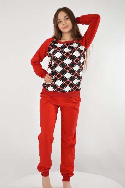 Костюм спортивный Grand StyleЖенская одежда<br>Спортивный костюм от Grand Style состоит из свитшота и брюк. Модели созданы из натурального текстиля, в состав которого входят хлопок и вискоза. Детали: свитшот свободного кроя, с эластичными резинками по канту и контрастным клетчатым принтом; брюки зауженного кроя, с двумя боковыми карманами, широкими резинками на манжетах и талии, регулируемым шнурком.<br> <br> Состав Хлопок - 90%, Вискоза - 10%<br> Длина 57 см<br> Длина рукава 61 см<br> Длина по боковому шву 98 см<br> Длина по внутреннему шву 75 см<br> Цвет красный<br> Страна Россия<br> Сезон Мульти<br> Коллекция Весна-лето<br><br>Материал: Хлопок<br>Сезон: МУЛЬТИ<br>Коллекция: Весна-лето<br>Пол: Женский<br>Возраст: Взрослый<br>Цвет: Красный<br>Размер INT: L