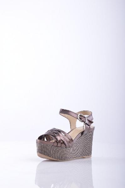 BLU BYBLOS сандалииЖенская обувь<br>эффект ламинирования, логотип, одноцветное изделие, пряжка, скругленный носок, резиновая подошва, обтянутый каблук.<br>Высота каблука: 9 см.<br>Высота платформы: 4.5 см<br>Страна: Франция<br><br>Высота каблука: 9 см<br>Высота платформы: 4.5 см<br>Материал: Искусственная кожа<br>Сезон: ЛЕТО<br>Коллекция: Весна-лето<br>Пол: Женский<br>Возраст: Взрослый<br>Цвет: Коричневый<br>Размер RU: 37